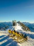 Paesaggio di inverno con i giovanotti che prendono il sole Fotografie Stock Libere da Diritti
