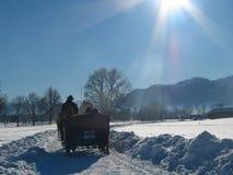 Paesaggio di inverno con il carrello trainato da cavalli Immagine Stock