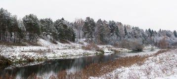 Paesaggio di inverno con il fiume Immagini Stock