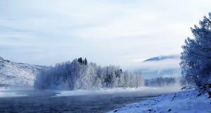 Paesaggio di inverno con il fiume di Katun a Altai Fotografia Stock
