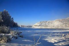 Paesaggio di inverno con il fiume di Katun alle montagne di Altai Fotografie Stock