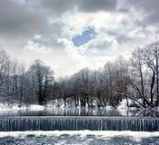 Paesaggio di inverno con il fiume, la cascata e le nuvole Immagini Stock Libere da Diritti