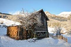 Paesaggio di inverno con il granaio di legno vicino a cattivo Gastein, alpi di Pongau - Salisburgo Austria Immagini Stock Libere da Diritti
