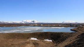 Paesaggio di inverno con il lago blu fotografia stock libera da diritti