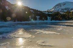 Paesaggio di inverno con il lago congelato Fotografia Stock