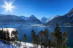 Paesaggio di inverno con il lago della montagna Alpi, Achensee, Austria Fotografie Stock Libere da Diritti