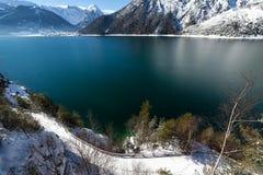 Paesaggio di inverno con il lago nelle alpi, Achensee, Austria, Tirolo della montagna Fotografia Stock