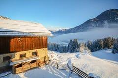 Paesaggio di inverno con il vecchio granaio vicino a cattivo Gastein, alpi di Pongau - Salisburgo Austria Fotografia Stock