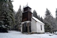 Paesaggio di inverno con la cappella Fotografie Stock