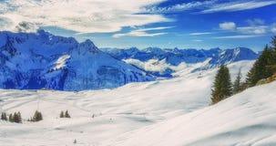 Paesaggio di inverno con la casetta dello sci nell'area austriaca di Vorarlberg delle alpi Immagini Stock Libere da Diritti
