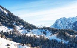Paesaggio di inverno con la casetta dello sci nell'area austriaca di Vorarlberg delle alpi Immagine Stock Libera da Diritti