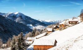 Paesaggio di inverno con la casetta dello sci nell'area austriaca di Vorarlberg delle alpi Fotografia Stock