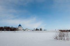 Paesaggio di inverno con la chiesa bianca Immagine Stock