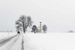 Paesaggio di inverno con la chiesa in Germania Immagini Stock