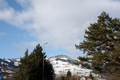 Paesaggio di inverno con le cime della neve delle alpi Immagine Stock