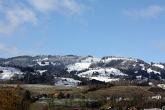 Paesaggio di inverno con le cime della neve delle alpi Immagini Stock Libere da Diritti