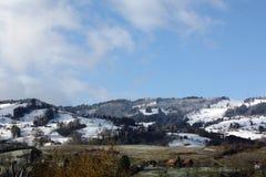 Paesaggio di inverno con le cime della neve delle alpi Fotografia Stock