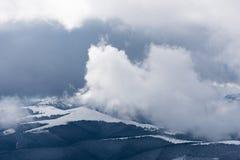 Paesaggio di inverno con nebbia nelle montagne Immagini Stock