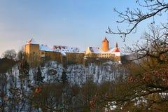 Paesaggio di inverno con un bello castello gotico Veveri Città di Brno - repubblica Ceca - l'Europa centrale immagine stock libera da diritti