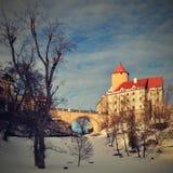 Paesaggio di inverno con un bello castello gotico Veveri Città di Brno - repubblica Ceca - l'Europa centrale immagini stock libere da diritti