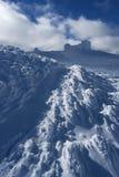 Paesaggio di inverno con un osservatorio in cima ad una montagna Fotografie Stock Libere da Diritti