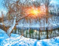 Paesaggio di inverno da un fiume nel tramonto immagini stock libere da diritti