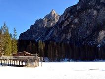 Paesaggio di inverno del lago congelato Braies alle alpi Italia delle dolomia Fotografie Stock