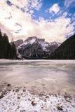 Paesaggio di inverno del lago congelato Braies, Italia Immagini Stock Libere da Diritti