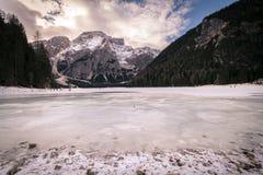 Paesaggio di inverno del lago congelato Braies, Italia Fotografia Stock
