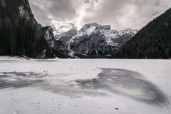 Paesaggio di inverno del lago congelato Braies, Italia Fotografia Stock Libera da Diritti