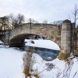 Paesaggio di inverno del ponte di pietra Fotografia Stock