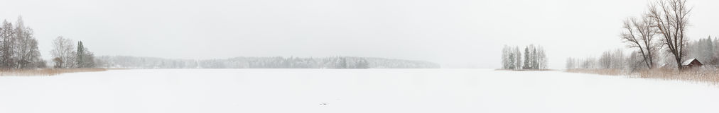 Paesaggio di inverno della bufera di neve nel lago congelato Fotografia Stock