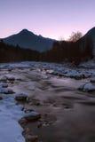 Paesaggio di inverno della montagna al tramonto Fotografie Stock