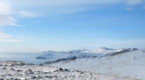 Paesaggio di inverno della montagna con le alte colline Olkhon offre le belle viste del lago Baikal, coperte di ghiaccio Donna ch Fotografie Stock Libere da Diritti