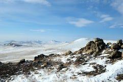 Paesaggio di inverno della montagna con le alte colline Olkhon offre le belle viste del lago Baikal, coperte di ghiaccio Donna ch Fotografia Stock