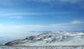 Paesaggio di inverno della montagna con le alte colline Olkhon offre le belle viste del lago Baikal, coperte di ghiaccio Donna ch Immagini Stock Libere da Diritti