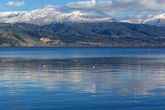 Paesaggio di inverno della montagna del lago Pamvotida e di Pindus dalla città di Giannina, Epiro, Grecia immagine stock libera da diritti