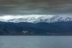 Paesaggio di inverno della montagna del lago Pamvotida e di Pindus dalla città di Giannina, Epiro, Grecia fotografie stock
