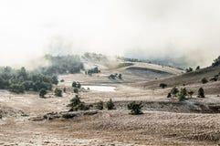 Paesaggio di inverno della montagna Il sole è brillante Valle della neve fotografie stock libere da diritti