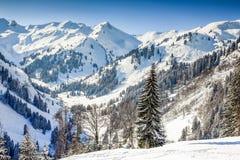 Paesaggio di inverno delle montagne con neve profonda il chiaro giorno soleggiato Allgau, Baviera, Germania Immagini Stock Libere da Diritti
