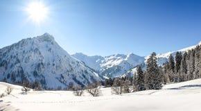 Paesaggio di inverno delle montagne con neve profonda il chiaro giorno soleggiato Allgau, Baviera, Germania Fotografia Stock Libera da Diritti