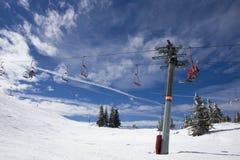 Paesaggio di inverno dello Snowy con l'elevatore di pattino Fotografia Stock