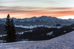 Paesaggio di inverno di alte montagne di Tatra al crepuscolo Fotografie Stock