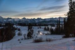 Paesaggio di inverno di alte montagne di Tatra al crepuscolo Immagini Stock