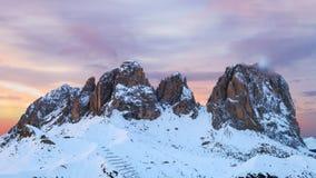 Paesaggio di inverno di alte montagne nevose Fotografie Stock
