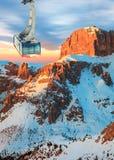 Paesaggio di inverno di alte montagne nevose Immagini Stock