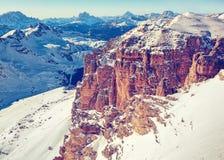 Paesaggio di inverno di alte montagne nevose Immagini Stock Libere da Diritti