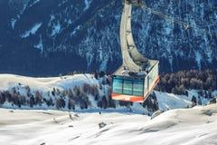 Paesaggio di inverno di alte montagne nevose Immagine Stock