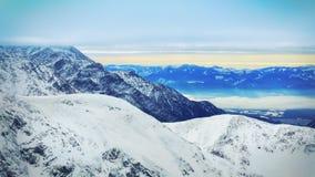 Paesaggio di inverno di alte montagne nevose Fotografia Stock