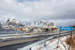 Paesaggio di inverno di piccolo porto di pesca Reine sulle isole di Lofoten, fotografia stock